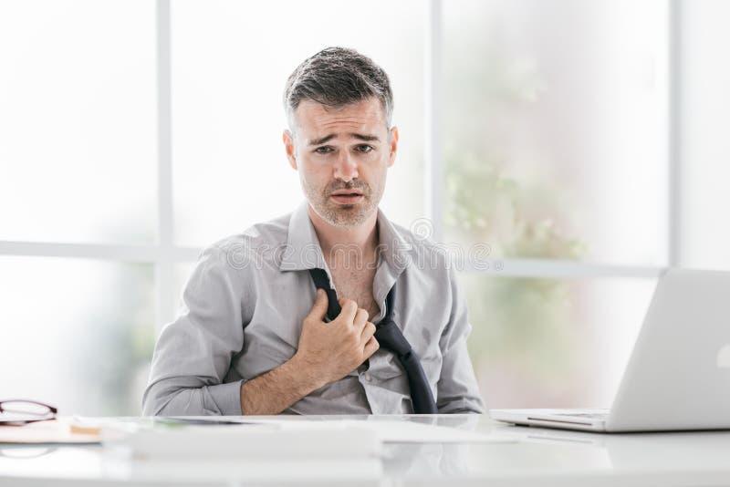 Hombre de negocios nervioso en la oficina imagen de archivo libre de regalías