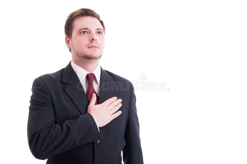 Hombre de negocios o abogado orgulloso que lleva a cabo una mano en corazón fotos de archivo