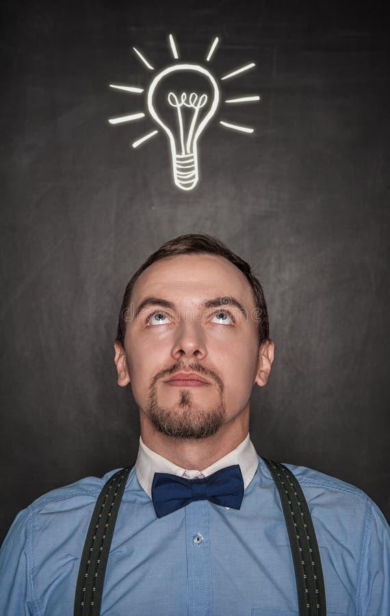 Hombre de negocios o profesor pensativo que mira para arriba Concepto de la idea imagen de archivo