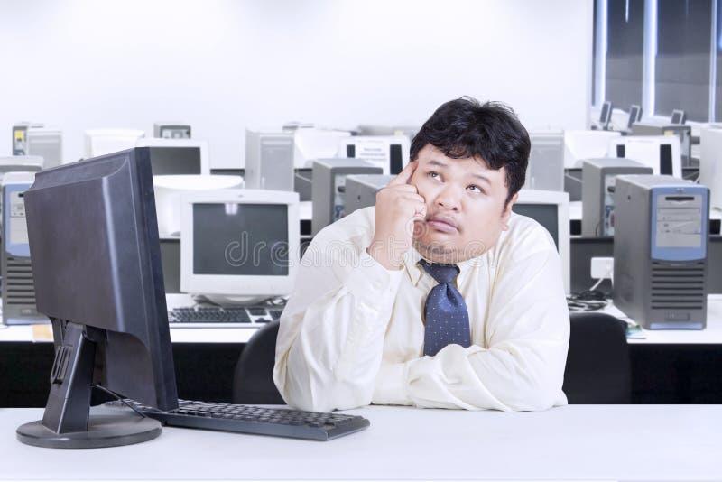 Hombre de negocios obeso que trabaja en la oficina fotografía de archivo libre de regalías