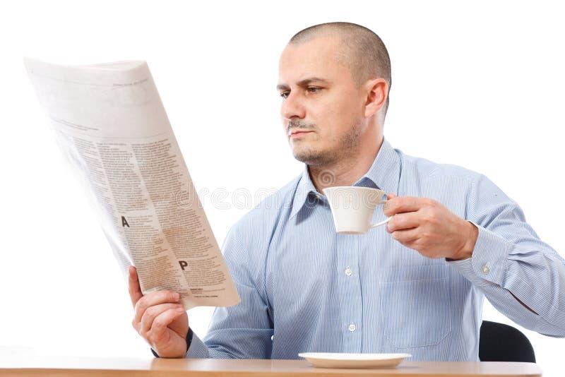 Hombre de negocios ocasional con el periódico imagen de archivo libre de regalías