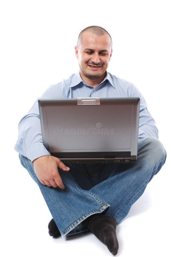 Hombre de negocios ocasional con la computadora portátil aislada en blanco fotografía de archivo
