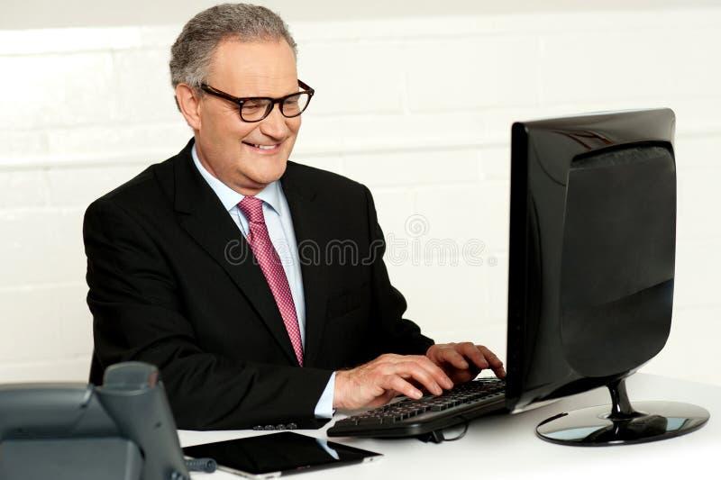 Hombre de negocios ocasional que pulsa en el teclado foto de archivo