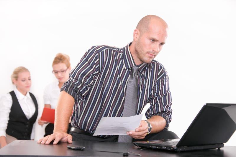 Hombre de negocios ocupado en su oficina foto de archivo