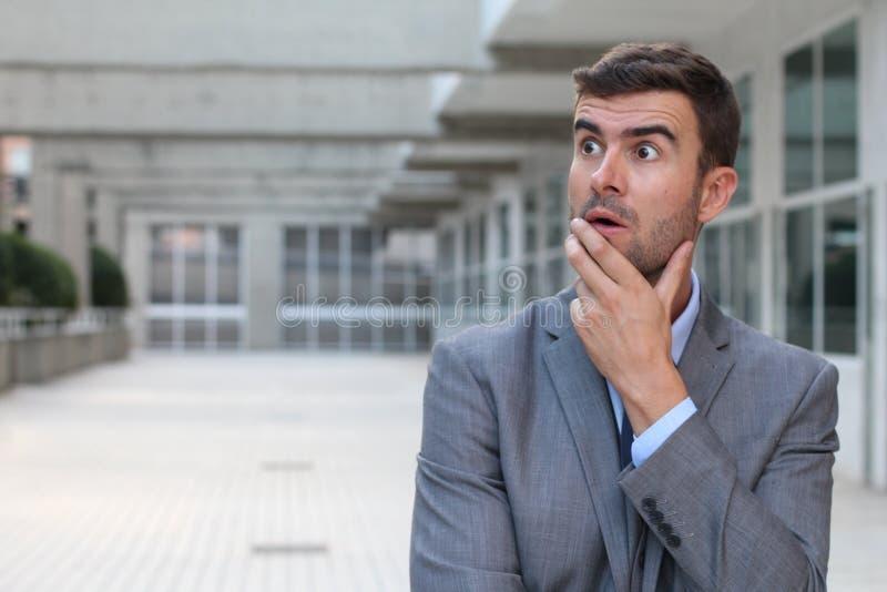 Hombre de negocios olvidadizo que realiza un error imagenes de archivo