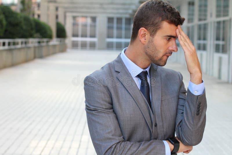 Hombre de negocios olvidadizo que realiza un error foto de archivo