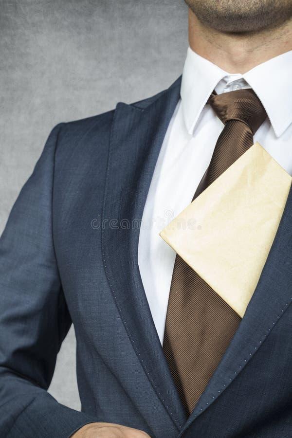 Hombre de negocios orgulloso con el sobre foto de archivo