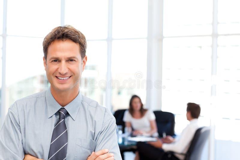 Hombre de negocios orgulloso delante de su trabajo en equipo imagen de archivo
