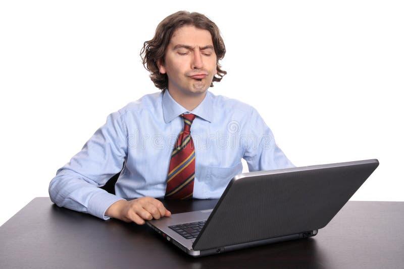 Hombre de negocios pensativo con la computadora portátil foto de archivo libre de regalías