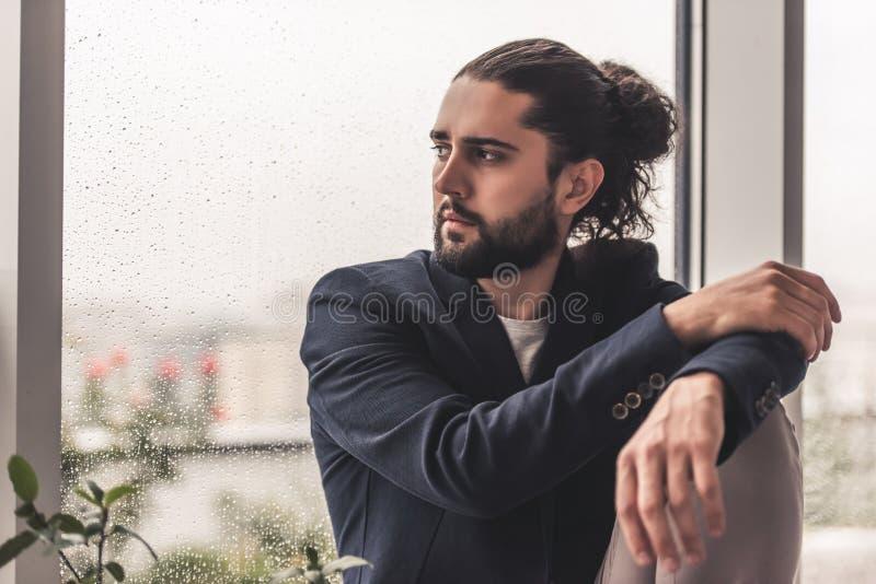 Hombre de negocios pensativo elegante foto de archivo libre de regalías