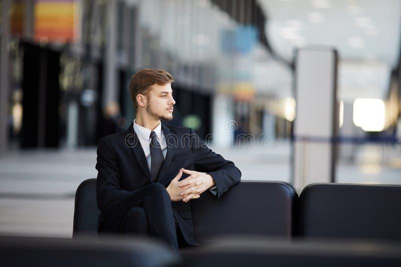 Hombre de negocios pensativo en aeropuerto imagenes de archivo