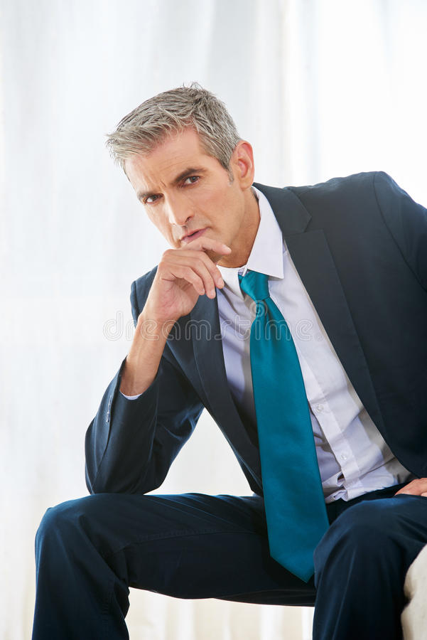 Hombre de negocios pensativo en la habitación fotografía de archivo