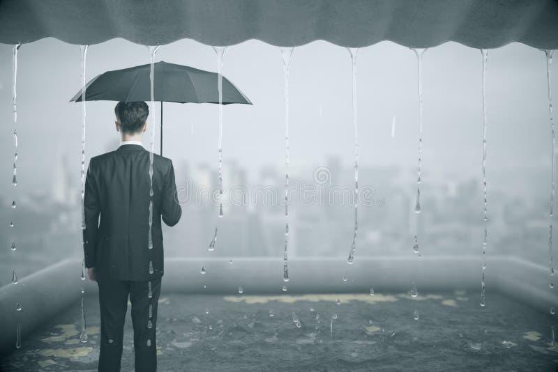 Hombre de negocios pensativo en la lluvia imágenes de archivo libres de regalías