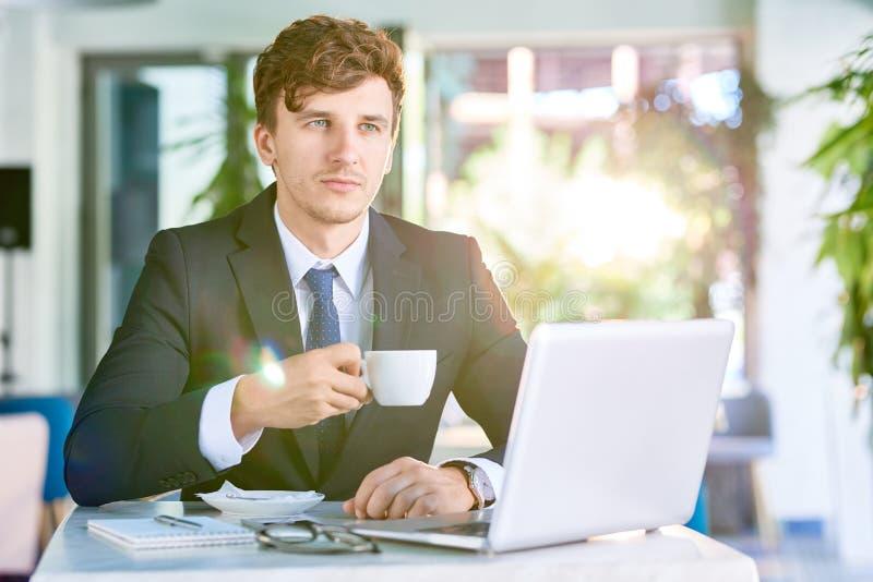 Hombre de negocios pensativo Working en luz del sol fotos de archivo libres de regalías