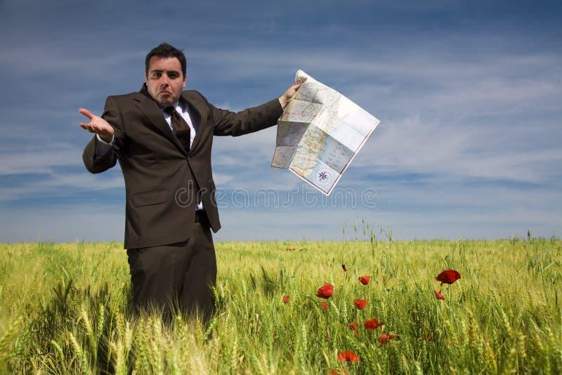 Hombre de negocios perdido en campo imagenes de archivo