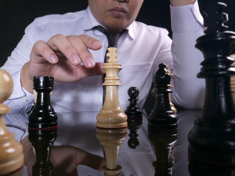Hombre de negocios Playing Chess imagen de archivo