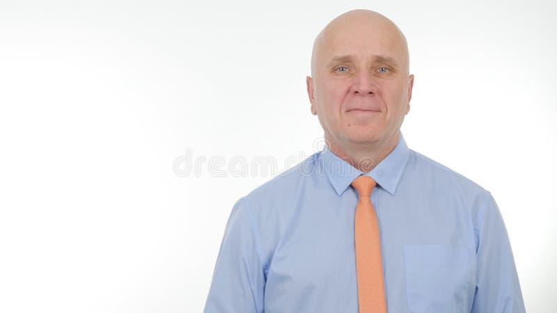Hombre de negocios Portrait Smiling Happy y satisfecho en la presentación de la compañía imagen de archivo libre de regalías