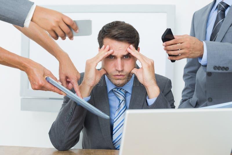 Hombre de negocios preocupante con la cabeza en manos imagen de archivo libre de regalías