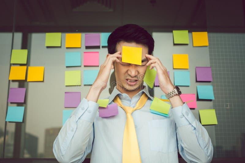 Hombre de negocios preocupante con las notas de los pegamentos sobre su cuerpo imágenes de archivo libres de regalías