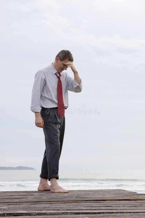 Hombre de negocios preocupante en el mar imagen de archivo libre de regalías