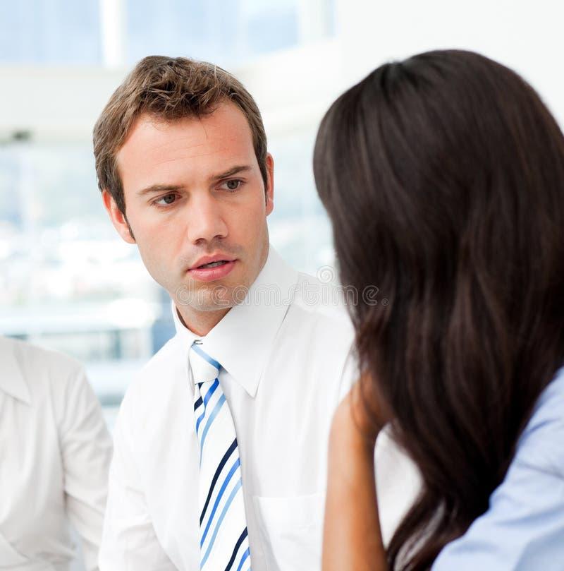 Hombre de negocios preocupante que habla con su socio fotos de archivo