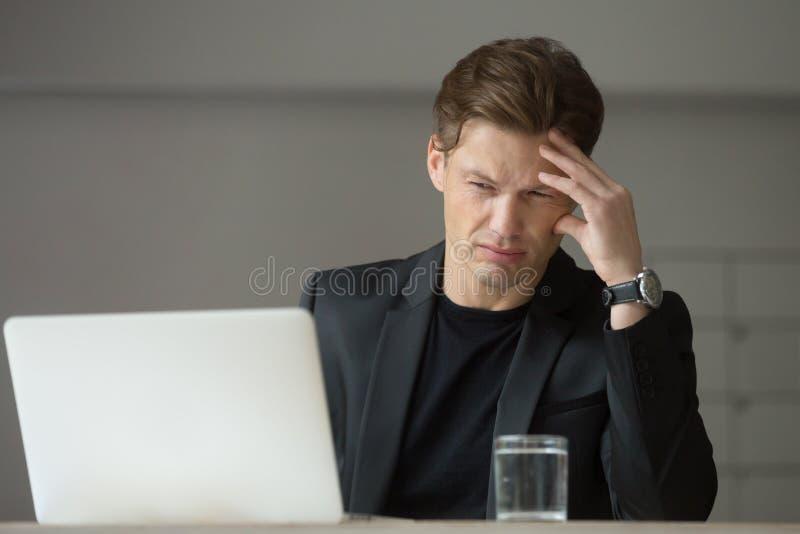 Hombre de negocios preocupante que intenta entender razones de los cris de la compañía fotos de archivo libres de regalías