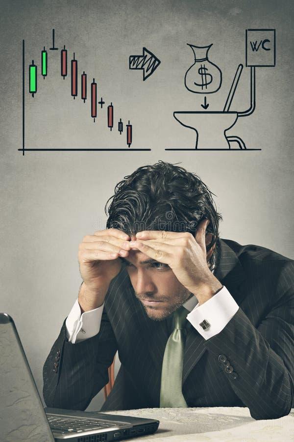 Hombre de negocios preocupante que pierde en mercados financieros imagen de archivo libre de regalías