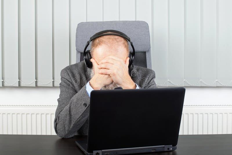 Hombre de negocios preocupante que tiene una videoconferencia fotografía de archivo