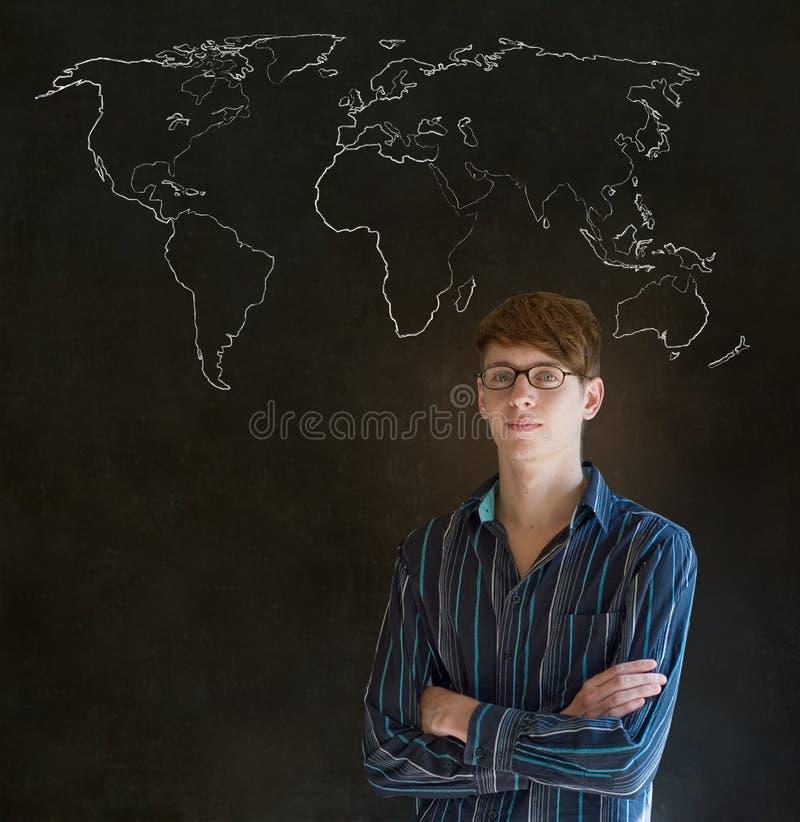 Hombre de negocios, profesor o estudiante con el mapa de la geografía del mundo en fondo de la tiza fotos de archivo libres de regalías