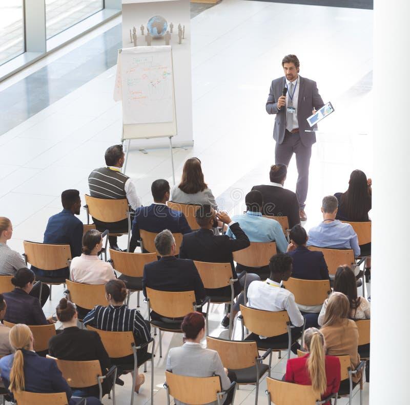 Hombre de negocios pronunciar discurso en el congreso de negocios foto de archivo