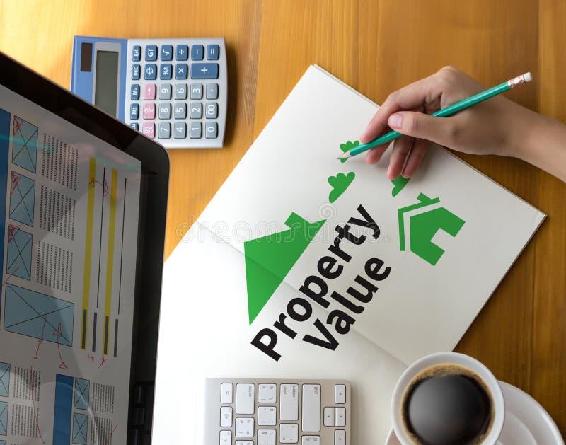 Hombre de negocios Property Value, valor de una propiedad de propiedades inmobiliarias y Ho imagen de archivo libre de regalías