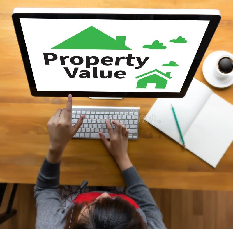 Hombre de negocios Property Value, valor de una propiedad de propiedades inmobiliarias y Ho foto de archivo