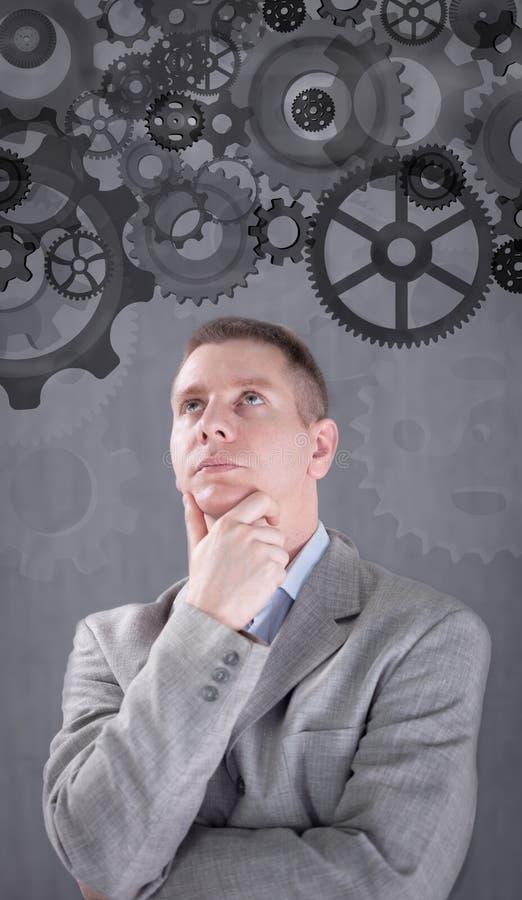 Hombre de negocios que acciona una idea grande con un sistema del engranaje fotografía de archivo