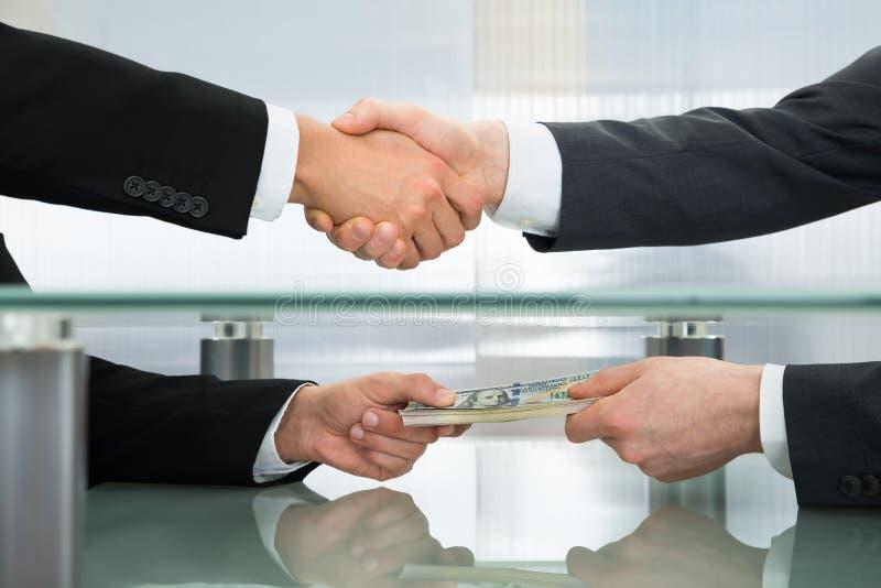 Hombre de negocios que acepta una oferta del dinero fotografía de archivo