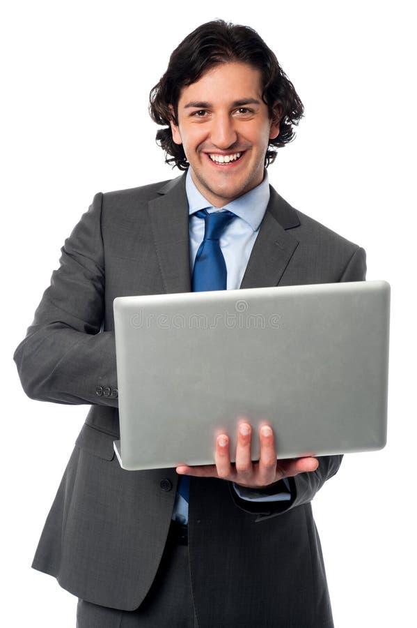 Hombre de negocios que actúa su ordenador portátil foto de archivo