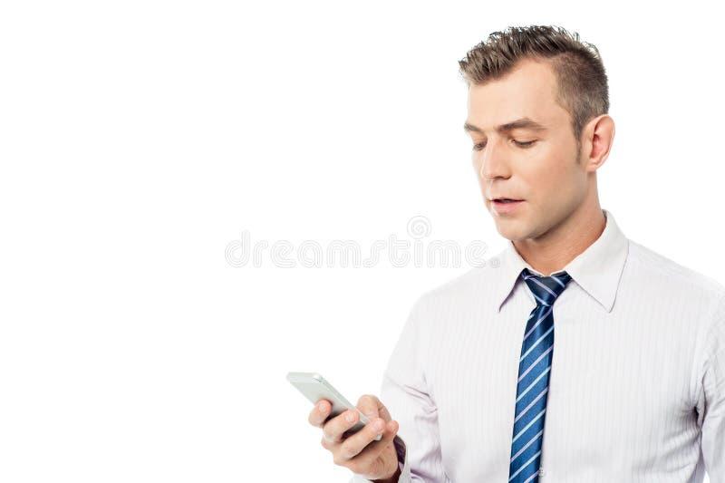 Hombre de negocios que actúa su teléfono móvil imágenes de archivo libres de regalías