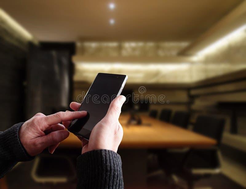 Hombre de negocios que actúa un smartphone imagenes de archivo