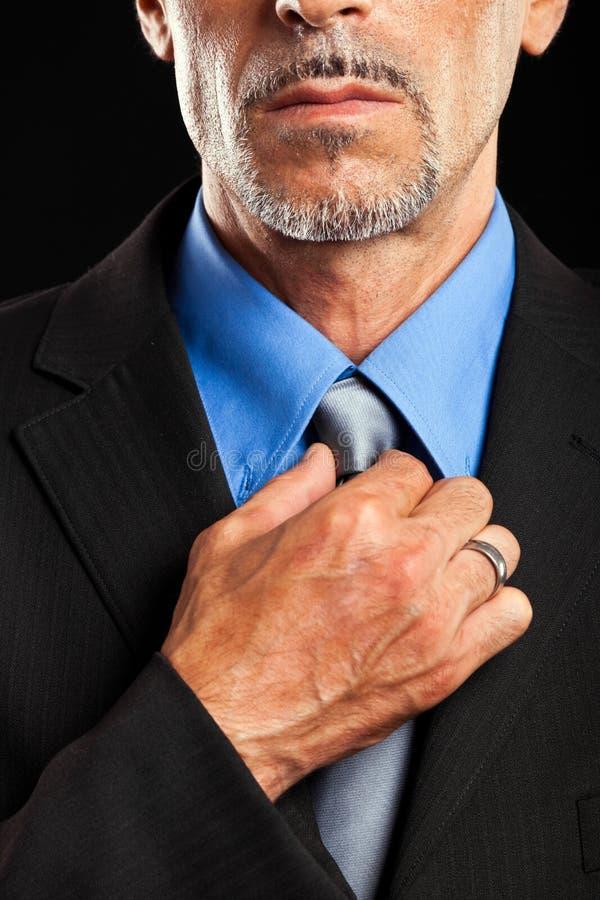 Hombre de negocios que ajusta el collar fotografía de archivo libre de regalías