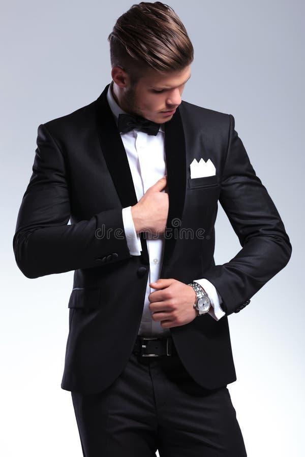 Hombre de negocios que ajusta el traje imagenes de archivo