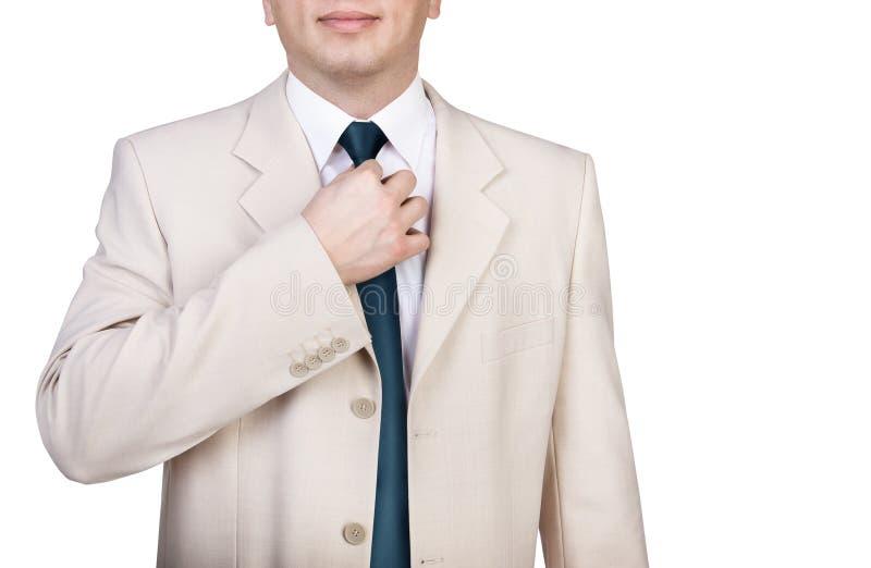 Hombre de negocios que ajusta su corbata imagen de archivo