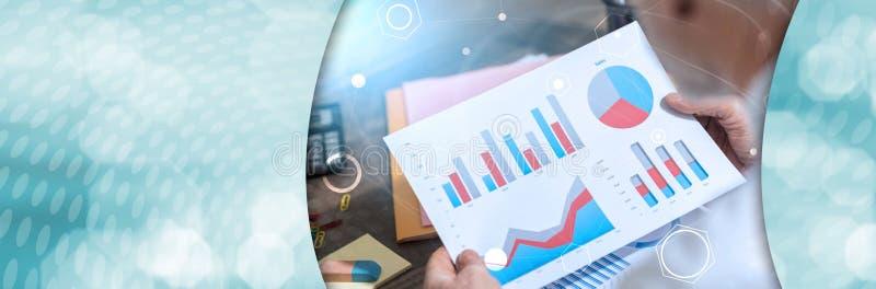 Hombre de negocios que analiza datos financieros Bandera panorámica fotos de archivo libres de regalías
