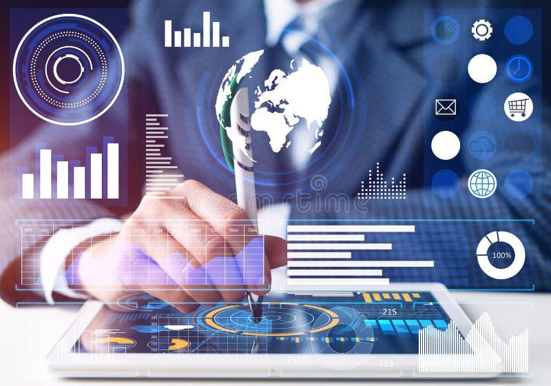 Hombre de negocios que analiza datos financieros en la tableta imágenes de archivo libres de regalías