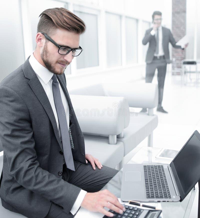Hombre de negocios que analiza los resultados de la transacción financiera fotografía de archivo