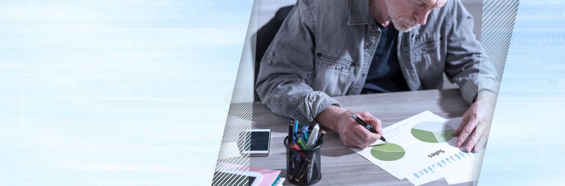 Hombre de negocios que analiza resultados financieros; bandera panorámica fotos de archivo
