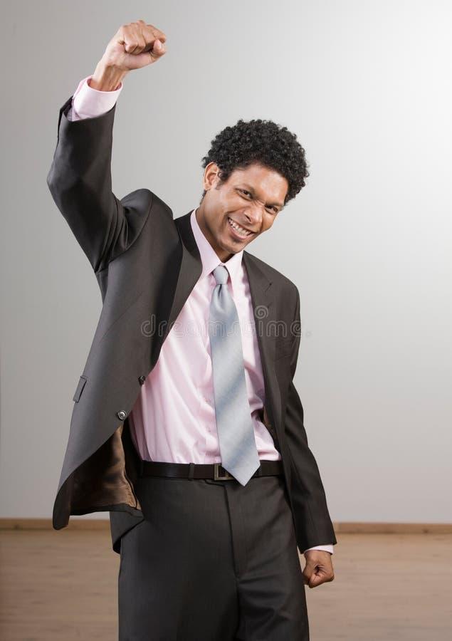 Hombre de negocios que anima y que celebra su éxito foto de archivo libre de regalías