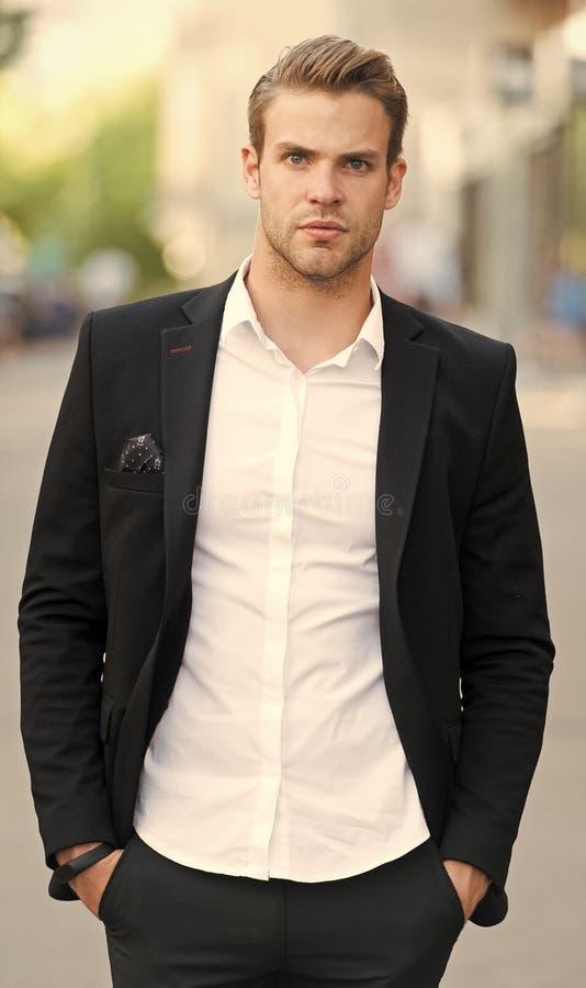 Hombre de negocios que aspira adelante El hombre preparó bien el fondo urbano de los paseos formales elegantes del traje Hombre d imagenes de archivo