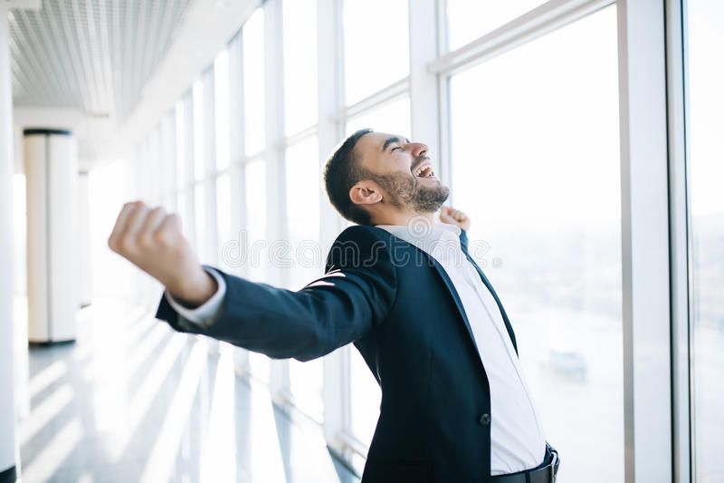 Hombre de negocios que aumenta el puño y que celebra la victoria fotos de archivo libres de regalías