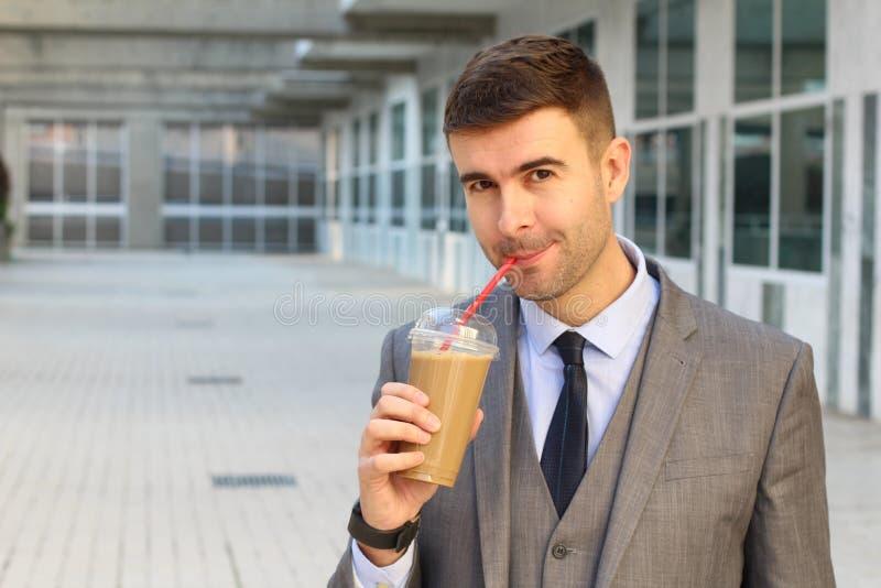 Hombre de negocios que bebe un café de hielo imagen de archivo libre de regalías