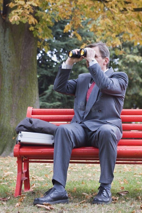 Hombre de negocios que busca con los prismáticos imagen de archivo