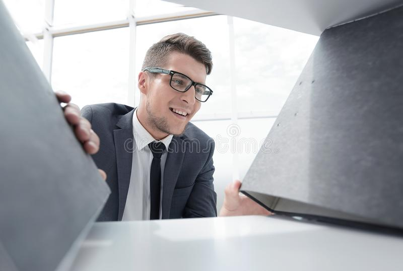 Hombre de negocios que busca una carpeta en el armario fotos de archivo